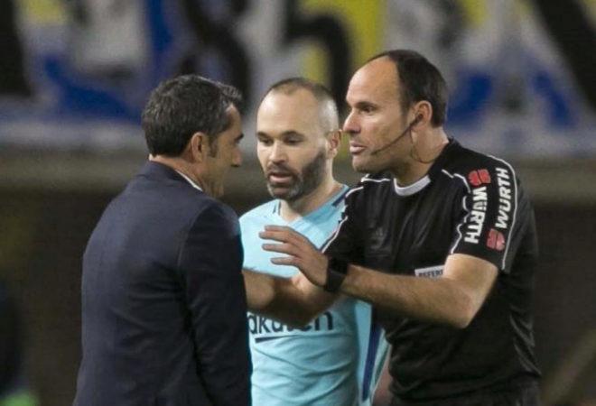 Mateu Lahoz conversa con Ernesto Valverde durante el UD Las Palmas-FC...