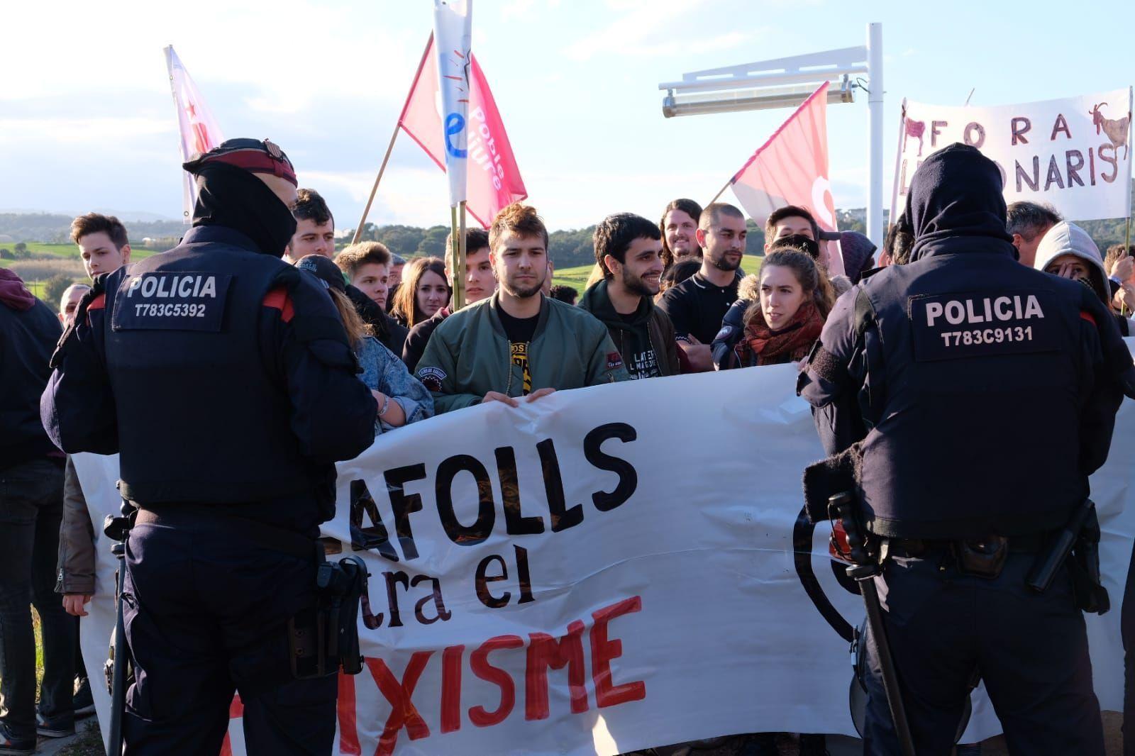 Mossos controlando a manifestantes cerca de la manifestación