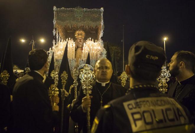 El paso de palio de la Esperanza de Triana, bajo vigilancia policial.