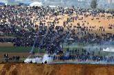 Soldados israelíes disparan gas lacrimógeno contra manifestantes...