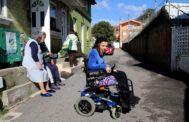 Yessi, aquejada de una enfermedad rara en el pueblo gallego donde reside con su familia.