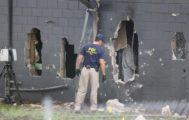Un agente del FBI examina el exterior de la discoteca Pulse después del atentado.
