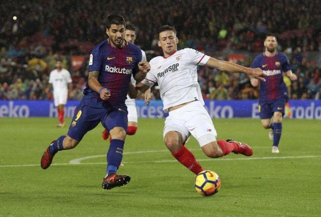 Suárez y Lenglet pugnan por el esférico durante el Barça vs Sevilla de la priemra vuelta.