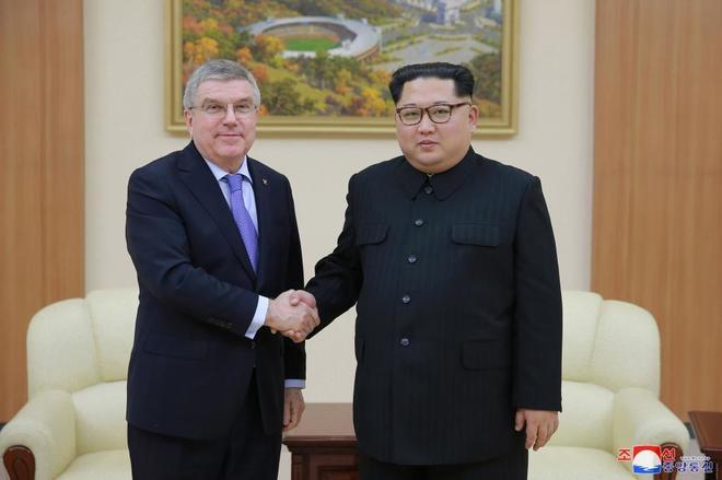 Thomas Bach, presidente del COI, junto al líder norcoreano Kim Jong Un durante su encuentro.