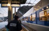 Un agente de Policía en un andén de la estación de Bardonecchia (Italia).