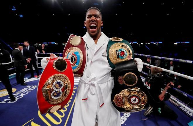 Joshua, con sus cuatro cinturones de campeón en el ring de Cardiff.