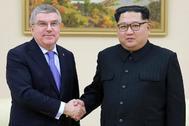 Thomas Bach y Kim Jong-un estrechan la mano antes de la reunión de este sábado.