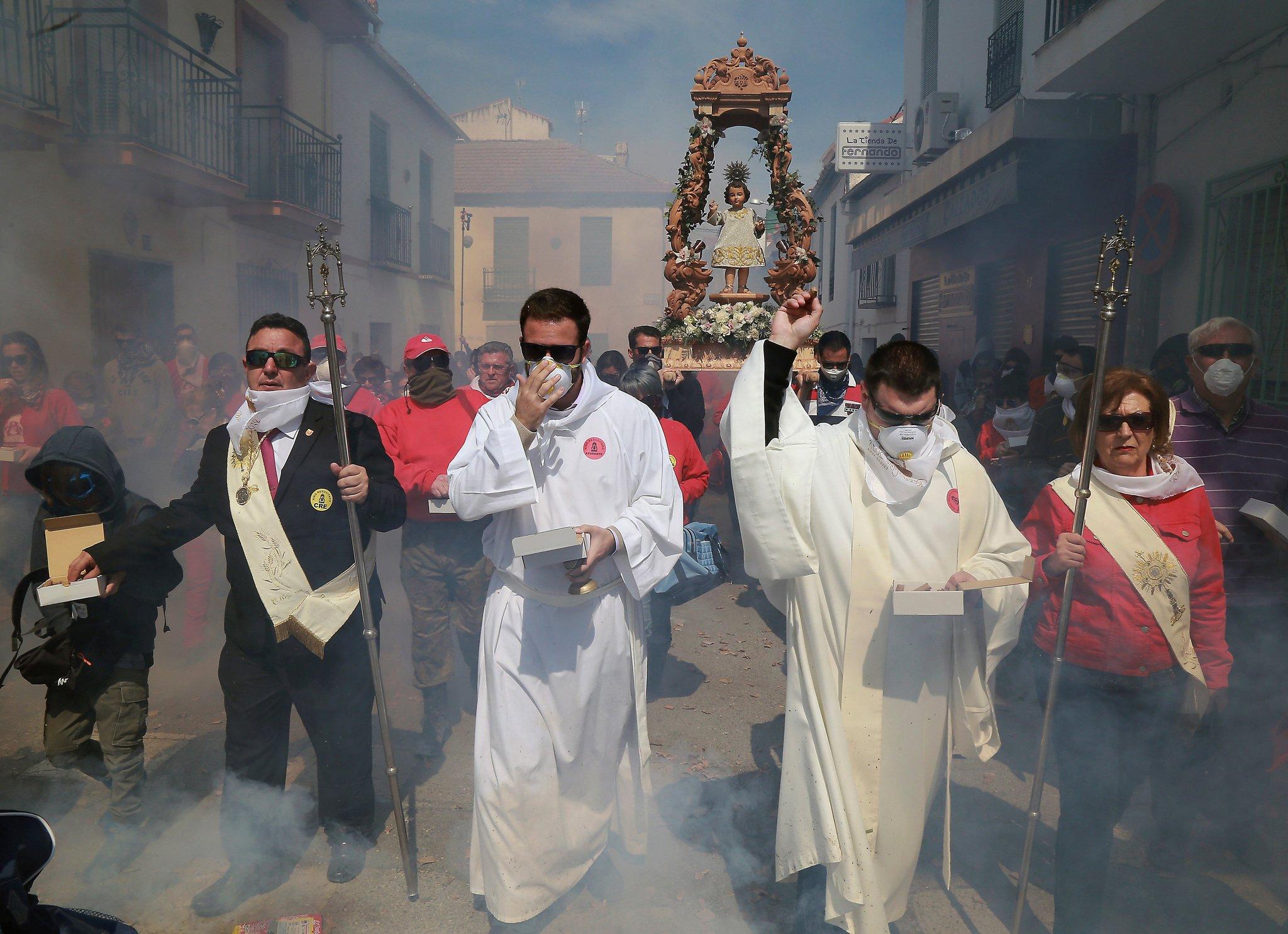 Cúllar Vega en Granada tira este domingo más de 100.000 petardos en la procesión del Niño Resucitado.