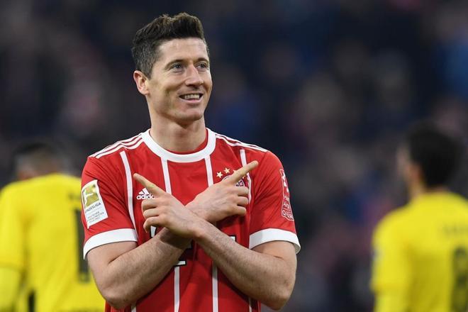 Robert Lewandowski celebra uno de sus tres tantos al Borussia Dortmund.