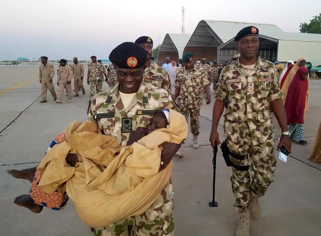Autoridades y militares nigerianos supervisan el traslado de las niñas liberadas por el grupo yihadista Boko Haram, el pasado 21 de marzo.