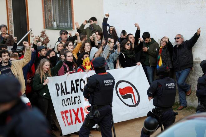 Miembros del CDR en Palafolls (Barcelona) bloquean una calle para...