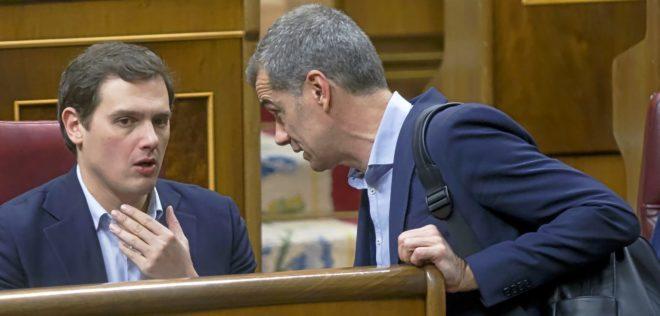 Albert Rivera conversa con Toni Cantó, en el hemiciclo del Congreso,...