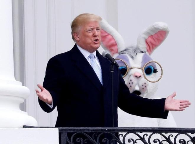 El presidente estadounidense, Donald J. Trump, pronunciando su discurso junto a un conejo de Pascua