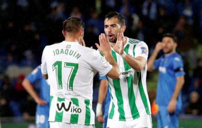 Joaquín (i) y Amat celebran el gol de Sergio León en Getafe.