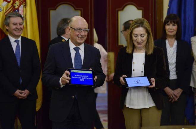 El ministro de Hacienda, Cristóbal Montoro, entrega el Proyecto de...