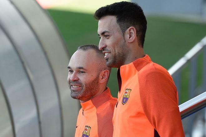 Sergio Busquets, junto a Andrés Iniesta, en el último entrenamiento del Barcelona.