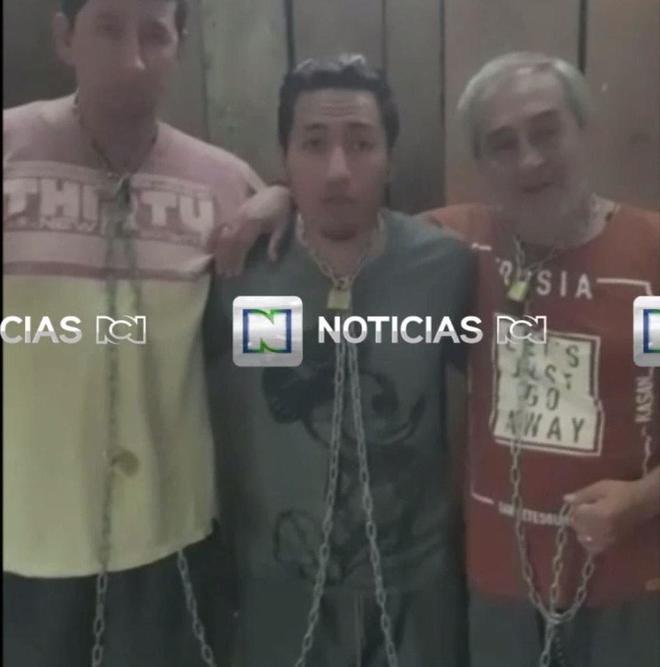 Fotograma del vídeo que muestra al equipo periodístico del diario 'El Comercio' secuestrado.
