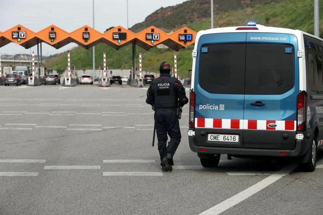 Un agente de los Mossos vigila el peaje en Martorell