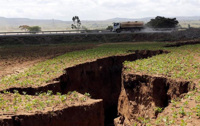 La grieta surgida en la ciudad de Mai-Mahiu, en Kenia, en el valle del Rift.