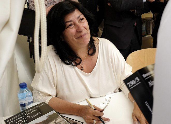 La escritora madrileña Almudena Grandes, en una jornada de Sant Jordi, firmando ejemplares de su libro.