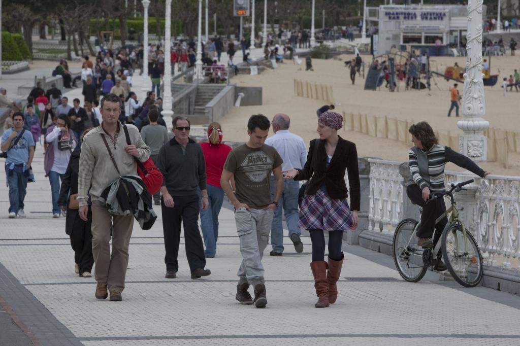 48ce7e8d22 Ciudadanos paseando por el paseo de la Concha de San Sebastián. ARABA PRESS