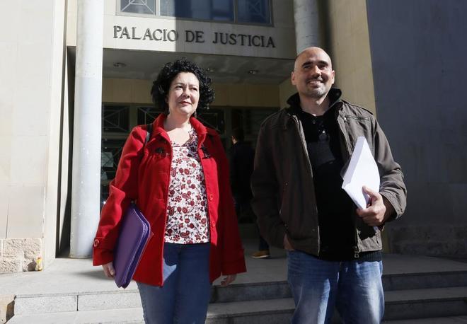 Pérez (i) y Rodríguez (d) el pasado 28 de marzo tras declarar en el juzgado de Alicante.