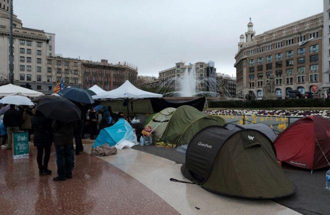 Protesta en forma de acampada en la plaza Catalunya