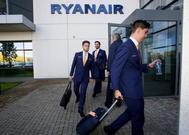 Personal de la aerolínea Ryanair saliendo de su cuartel general en Dublín.