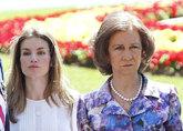 Doña Letizia y la Reina Sofía, con gesto serio, en una imagen de...