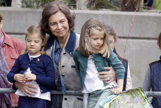 La Reina Sofía con sus nietas, Sofía (i) y Leonor (d), en una imagen...