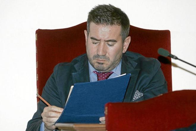 El ex concejal del grupo 'popular', Luis Ángel Mateo, en un pleno municipal