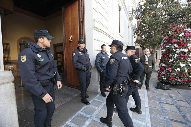 Policías, en la entrada del Ayuntamiento de Granada en la redada de la 'operación Nazarí'.