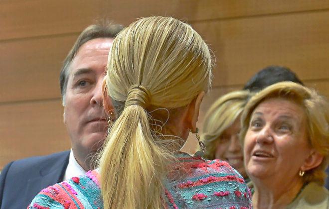 Cristina Cifuentes es felicitada tras el Pleno de la Asamblea de Madrid