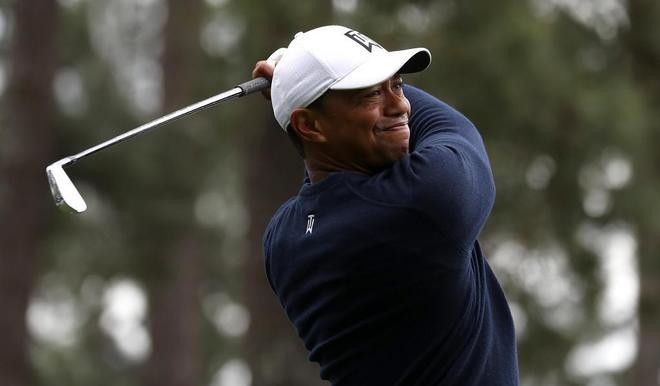 Tiger Woods entrenando en el hoyo cuatro del Club Nacional de Golf en...