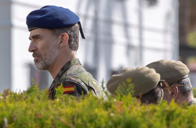 Felipe VI, durante su visita el miércoles en Sevilla a la base...