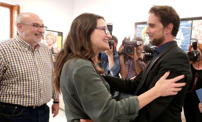 Falciani saluda a la vicepresidenta Oltra y el conseller Manuel Alcaraz en junio de 2016.