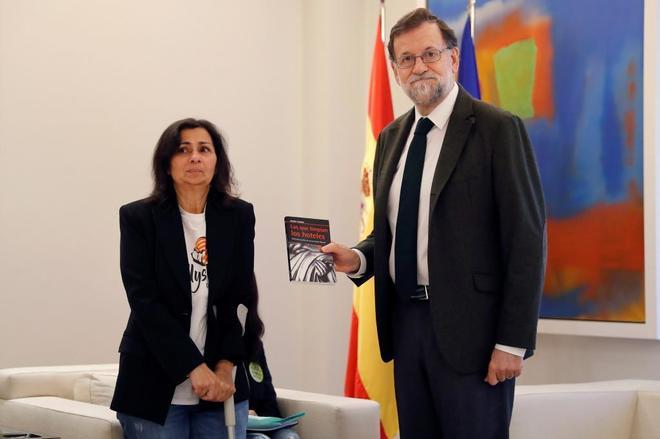 Mariano Rajoy junto a una representante del colectivo de 'Las Kellys'