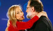 Rajoy saluda a Cifuentes durante la cena de Navidad del PP
