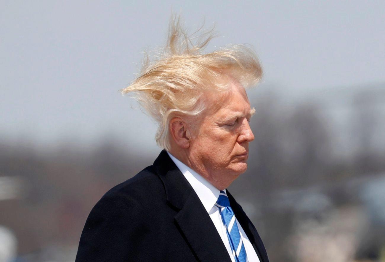El viento arruina el peinado de Donald Trump