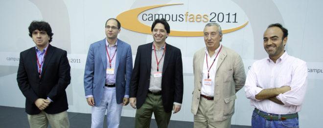 Fernando Navarrete, el segundo por la izquierda, durante un encuentro con FAES