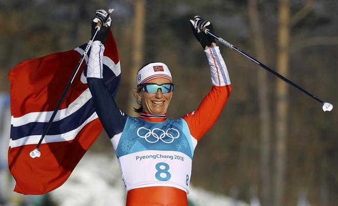 Marit Bjoergen celebra uno de sus recientes oros olímpicos en PyeongChang.