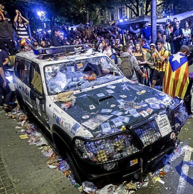 Un coche de la Guardia Civil destrozado durante el asalto a la...