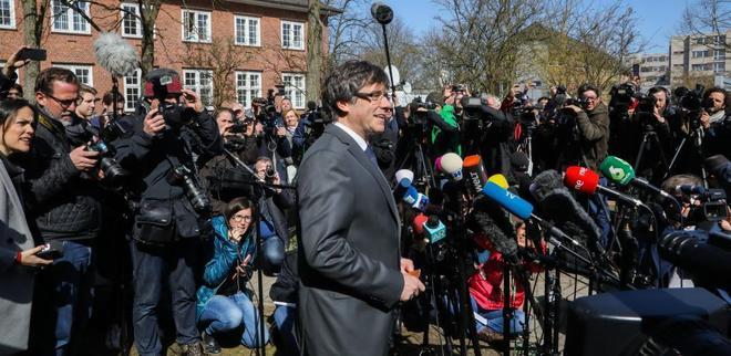 Carles Puigdemont (c) ayer en su intervención tras salir de la cárcel