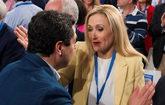 La presidenta de Madrid, Cristina Cifuentes, saluda al líder del PP...