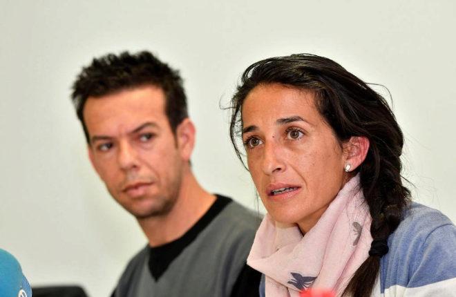 Los padres del niño Gabriel Cruz, Patricia Ramírez (d) y Ángel Cruz (i) comparecen ante los medios durante la rueda de prensa que han ofrecido esta mañana en Las Negras, Nijar (Almería).