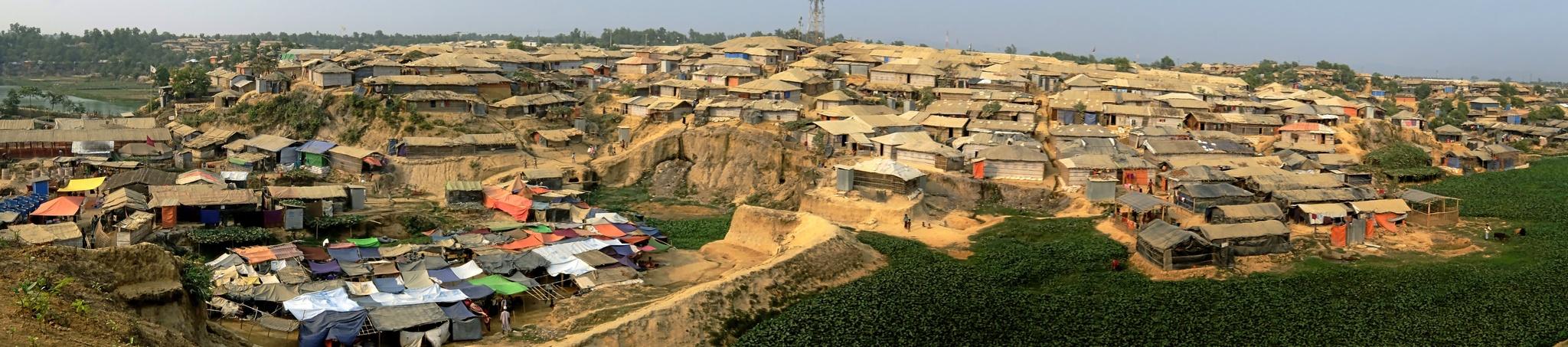 Panorámica de campos de refugiados rohingya en Kutupalong, uno de los más precarios de Bangladesh.