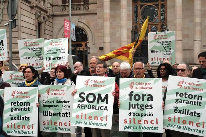 Acción de protesta de la Crida por la llibertat delante de la Audiencia