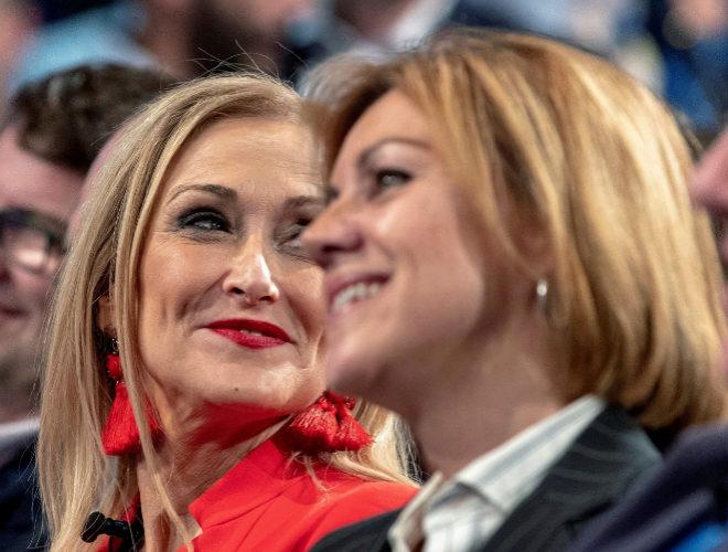 La presidenta de Madrid, Cristina Cifuentes, junto a la secretaria...