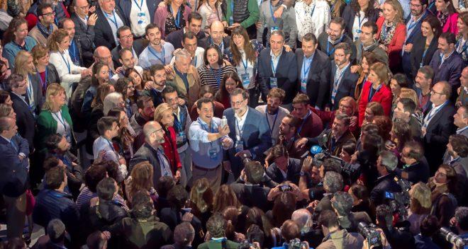 El presidente del Gobierno, Mariano Rajoy, posa junto a los...