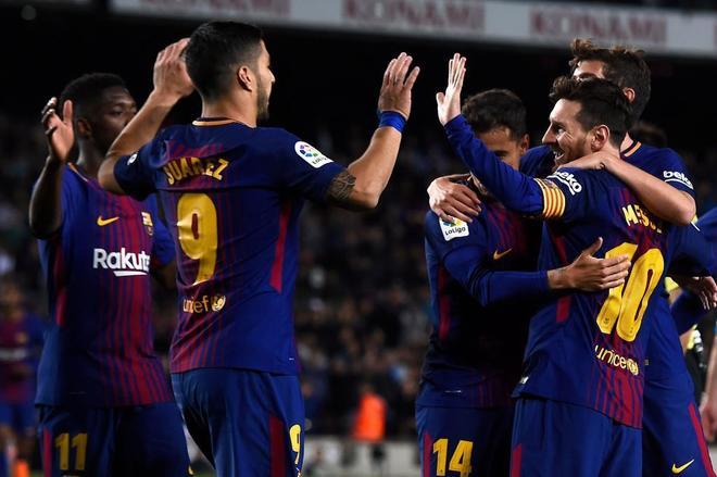 Leo Messi celebra su segundo gol del encuentro con sus compañeros.